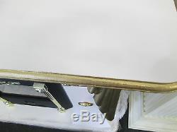 Crème Et Cheminée D'or Avec Logo Medusa Et De La Plaque Et Le Feu Électrique